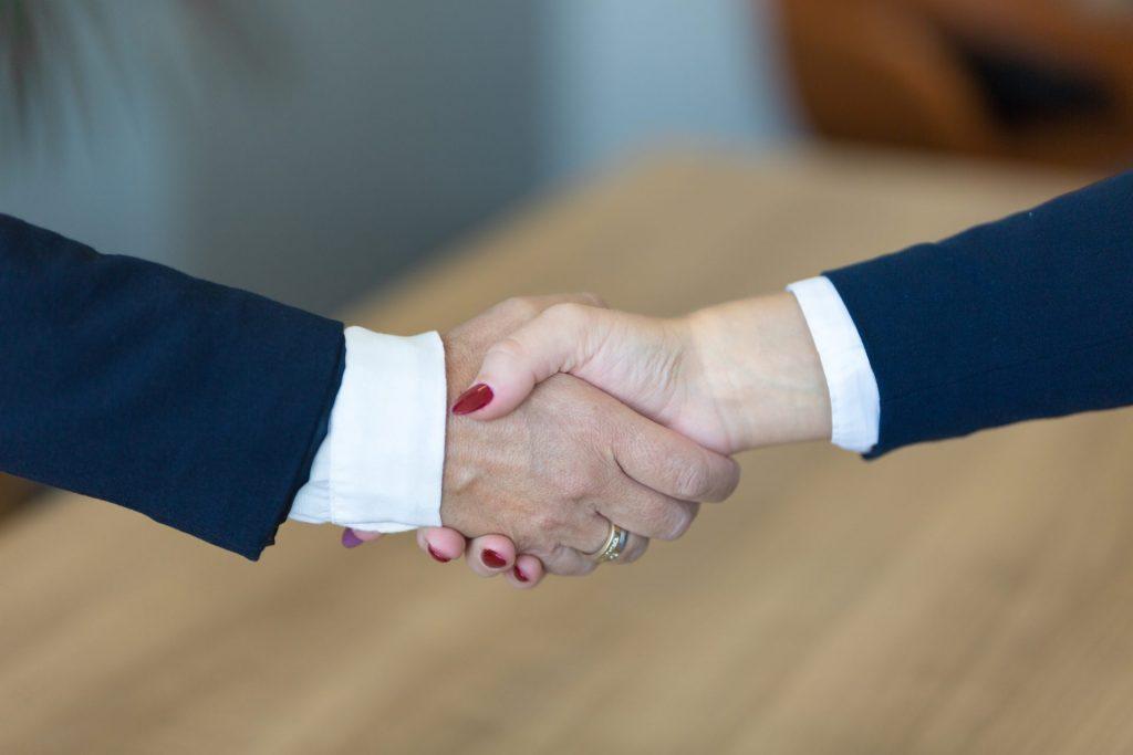 Mann & Frau schütteln Hände - Becker Personal + Perspektiven