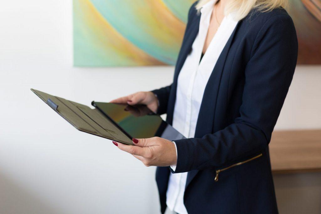 Frau mit Tablet - Büro Kongresshotel Potsdam - Becker Personal + Perspektiven